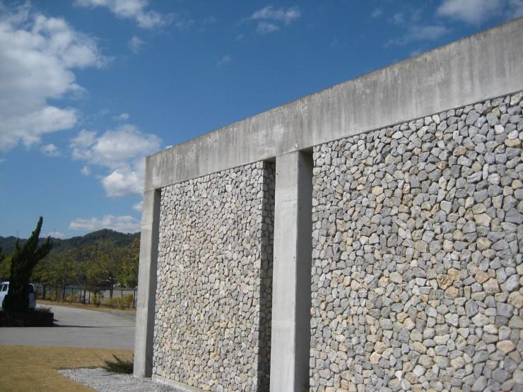 本社にある事業の基盤となった石灰の壁=高知県高知市