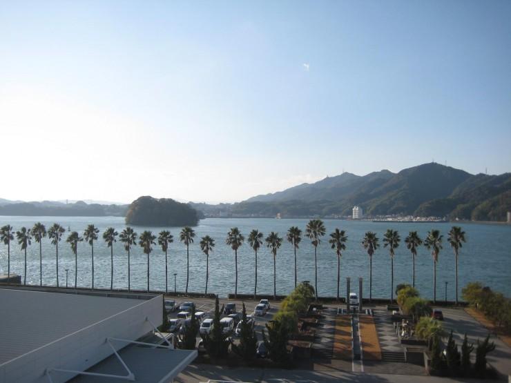 入交グループ本社社屋から海を臨む=高知県高知市
