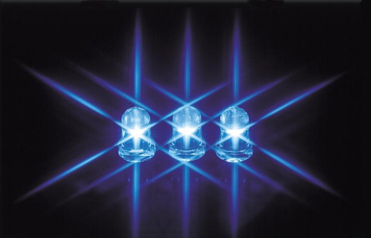 (1993年に、「20世紀中には困難」とされていた青色LEDの製品化に成功。その後、蛍光体メーカーならではの発想と技術で、青色LEDと蛍光体を組み合わせた白色LEDを開発し、新たな光源として世界中に普及が進んでいる)