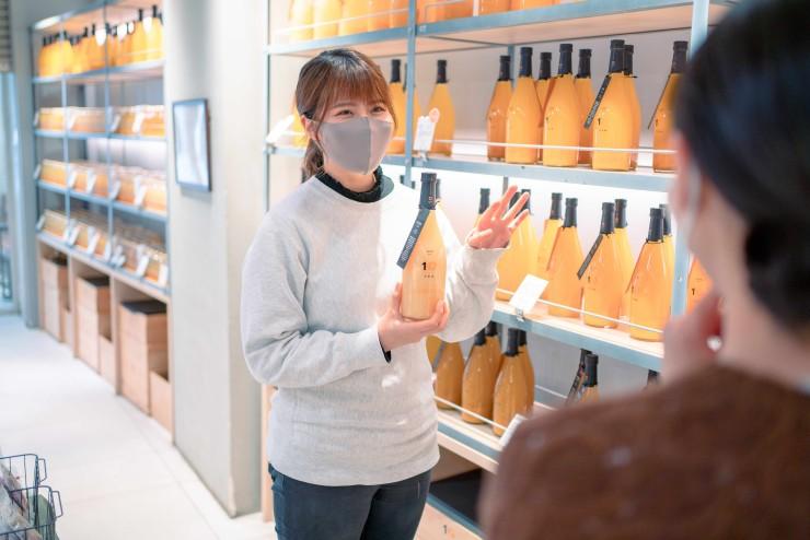 (商品の説明をする中村さん、柑橘の違いと魅力をストーリーと共に伝える)